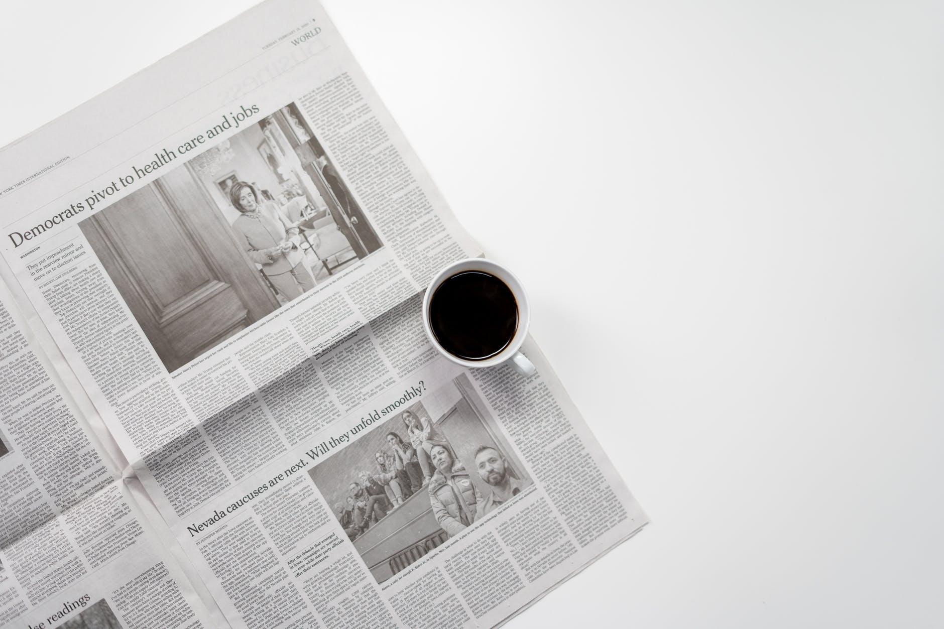 กาแฟสด 1 ถ้วย ตั้งอยู่บนหนังสือพิมพ์