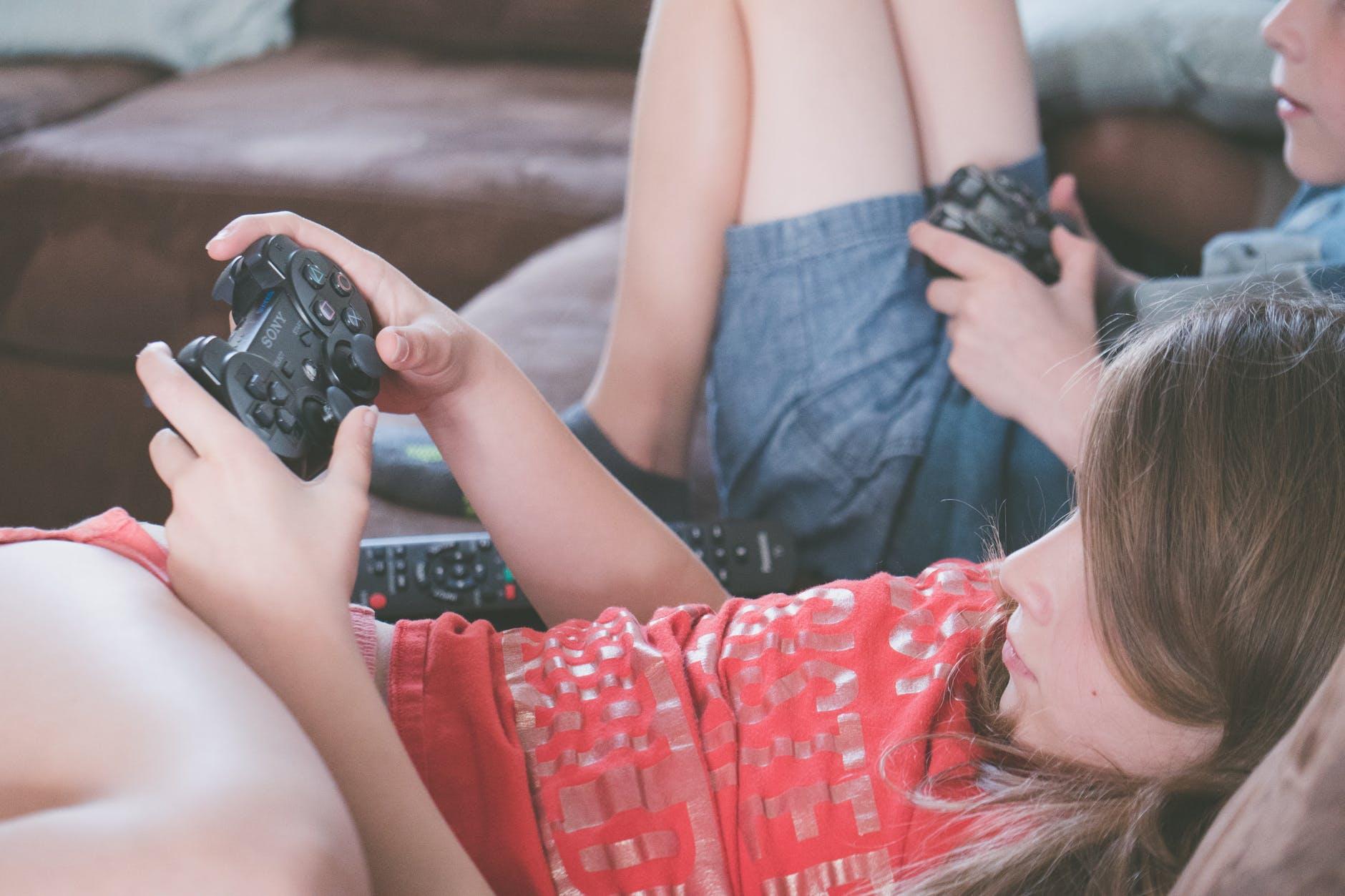 เด็กๆ กำลังเล่นเกมเพลย์สเตชั่น